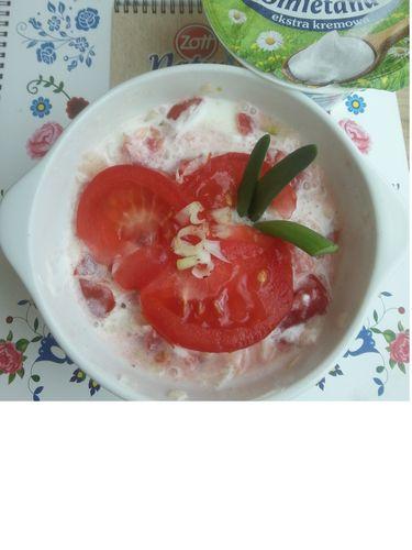 Sałatka z pomidorów i cebulą